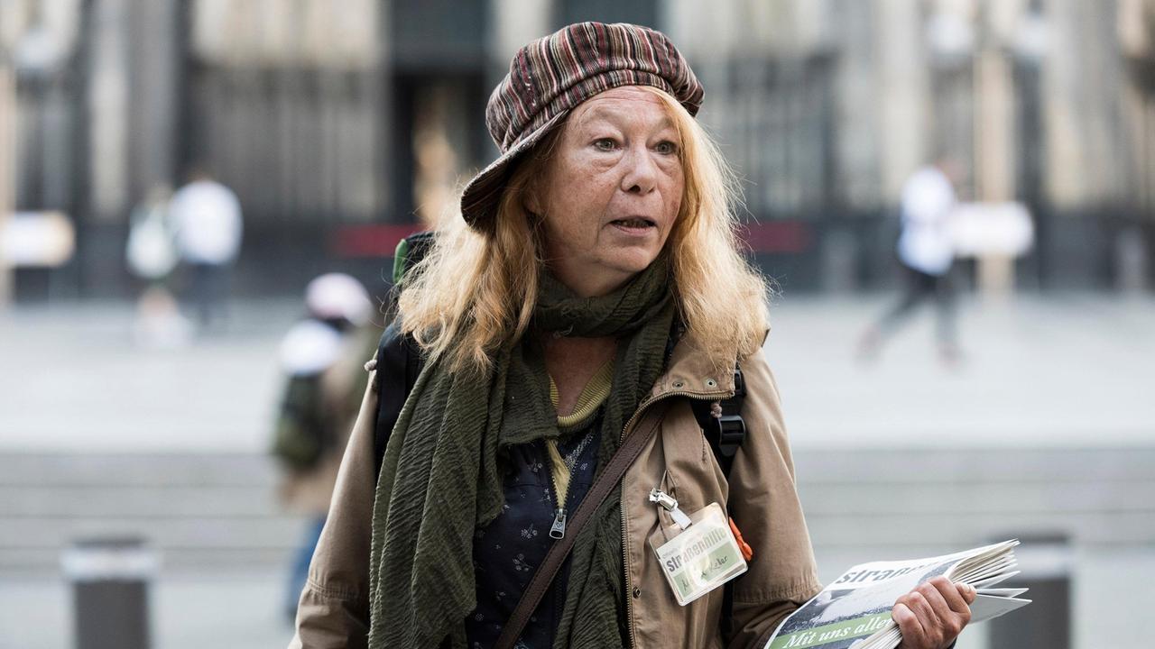 schon-mehrere-jahre-lebt-monika-keller-auf-der-strasse-sie-verkauft-am-dom-obdachlosenzeitung-100~_v-varxl_881134
